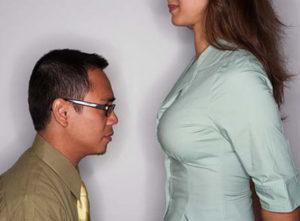 женщина выше мужчины
